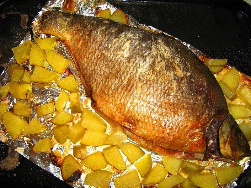 Лещ в духовке с картошкой в фольге фото